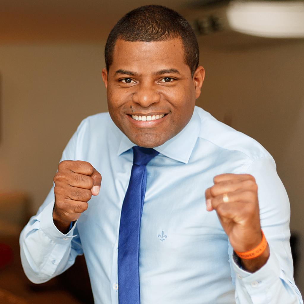 Foto de Perfil de Joval Lacerda com as mãos fechadas em pose de lutador de boxe.